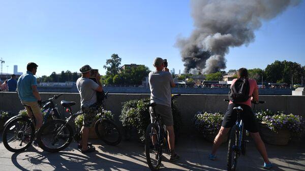 Склад пиротехники горит в Москве