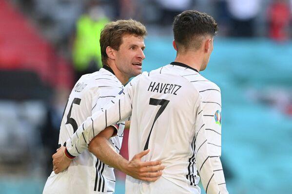 Футболисты сборной Германии Томас Мюллер и Кай Хаверц