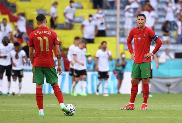 Футболисты сборной Португалии Бруну Фернандеш и Криштиану Роналду