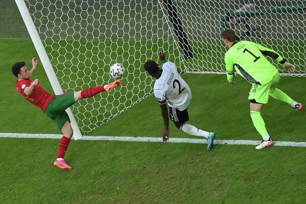 Нападающий сборной Португалии Диогу Жота (слева)
