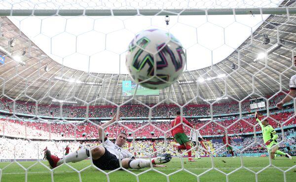 Полузащитник сборной Германии Робин Госенс и нападающий сборной Португалии Криштиану Роналду