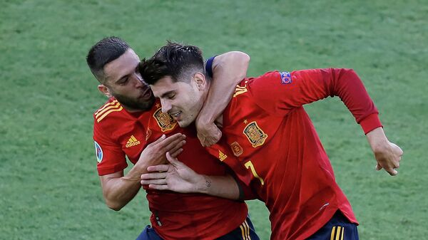 Защитник сборной Испании Жорди Альба и форвард Альваро Мората (справа)