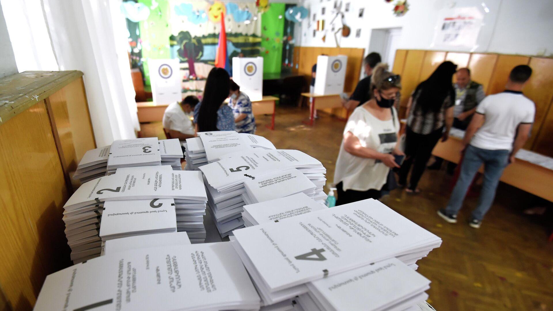 Люди на одном из избирательных участков во время досрочных парламентских выборов в Армении - РИА Новости, 1920, 20.06.2021