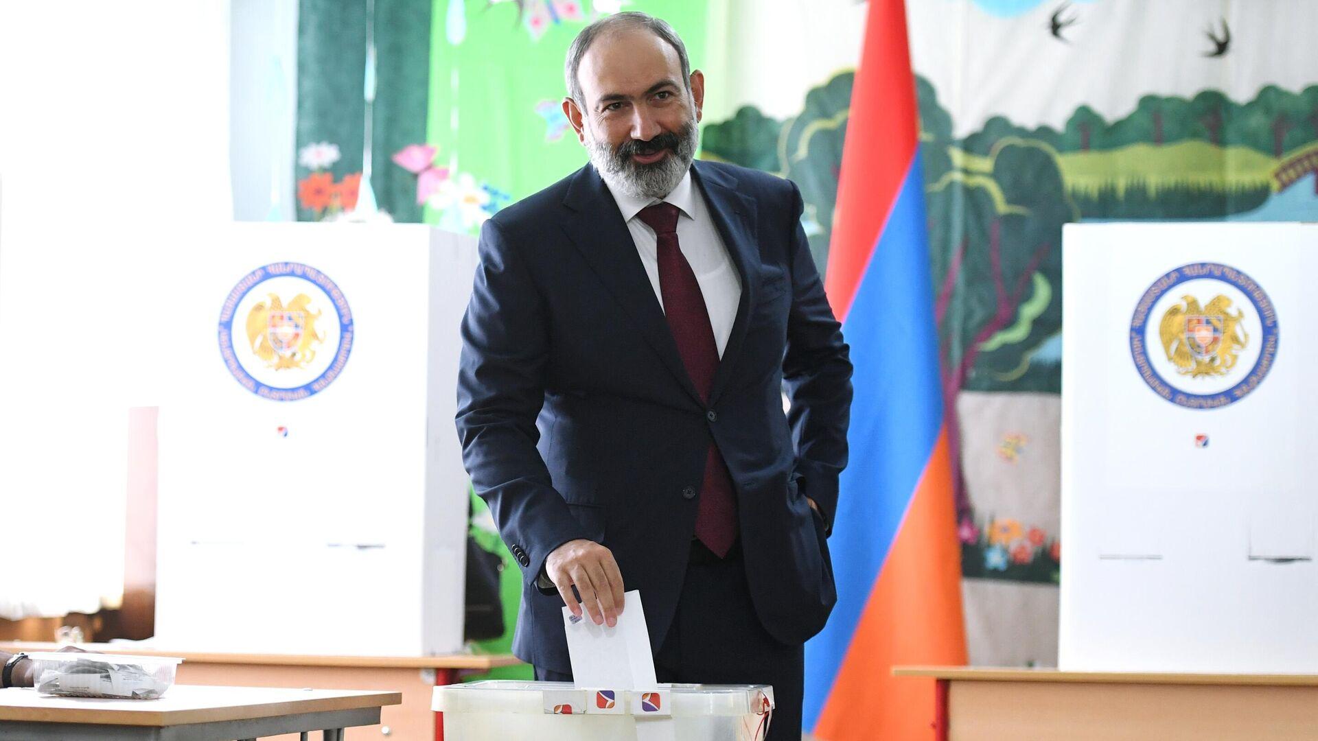 Исполняющий обязанности премьер-министра Никол Пашинян в одном из избирательных участков во время досрочных парламентских выборов в Армении - РИА Новости, 1920, 20.06.2021