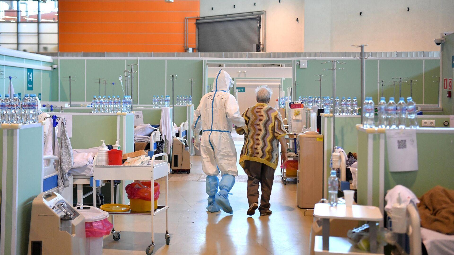 Медицинский работник и пациент в палате интенсивной терапии во временном госпитале COVID-19 на ВДНХ в Москве - РИА Новости, 1920, 21.06.2021