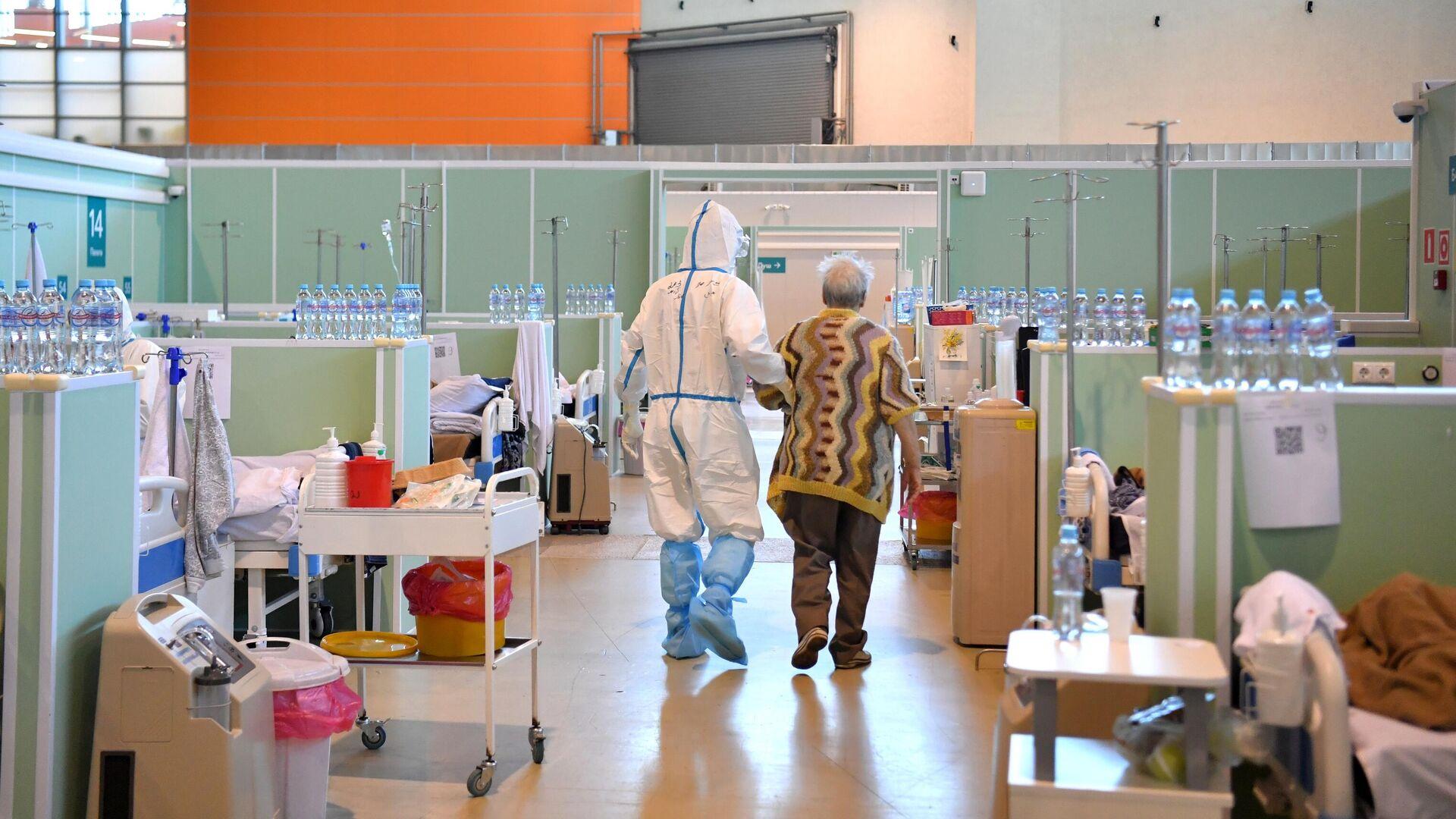 Медицинский работник и пациент в палате интенсивной терапии во временном госпитале COVID-19 на ВДНХ в Москве - РИА Новости, 1920, 03.08.2021