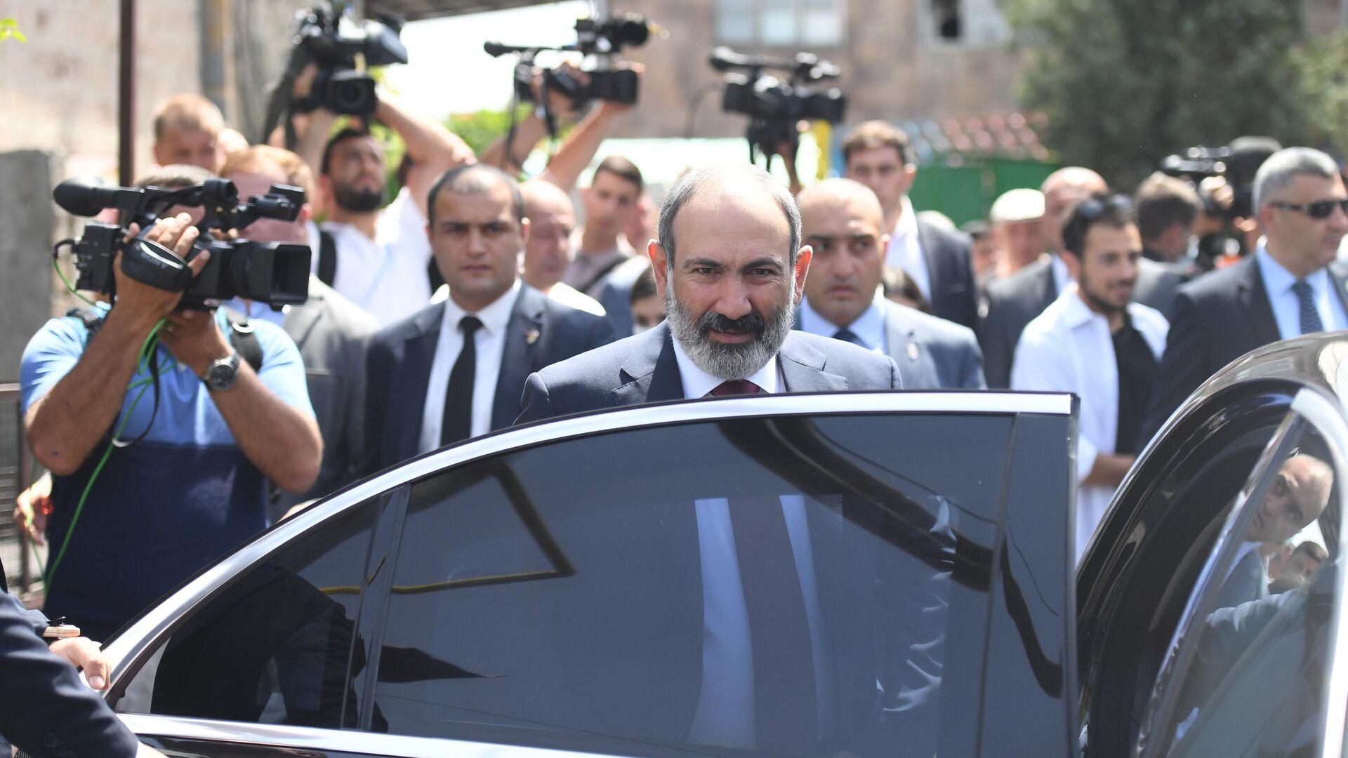 Исполняющий обязанности премьер-министра Никол Пашинян у одного из избирательных участков в Армении - РИА Новости, 1920, 21.06.2021