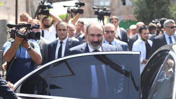 Исполняющий обязанности премьер-министра Никол Пашинян у одного из избирательных участков в Армении