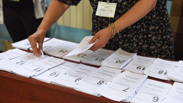Бюллетени в одном из избирательных участков во время досрочных парламентских выборов в Армении
