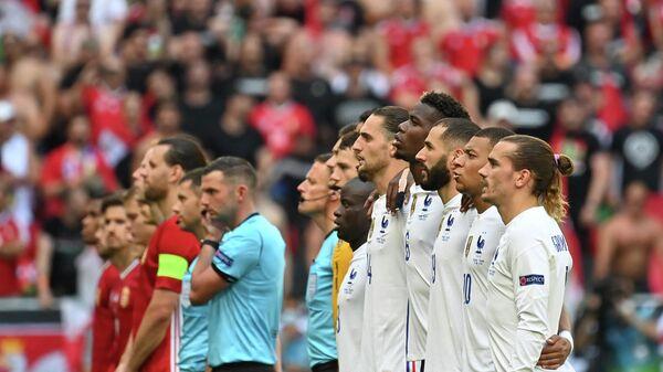 Футболисты сборных Франции и Венгрии перед началом матча ЕВРО-2020 в Будапеште