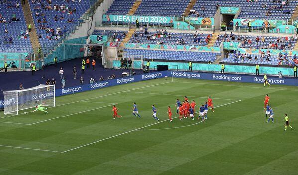Игровой момент матча Италия - Уэльс