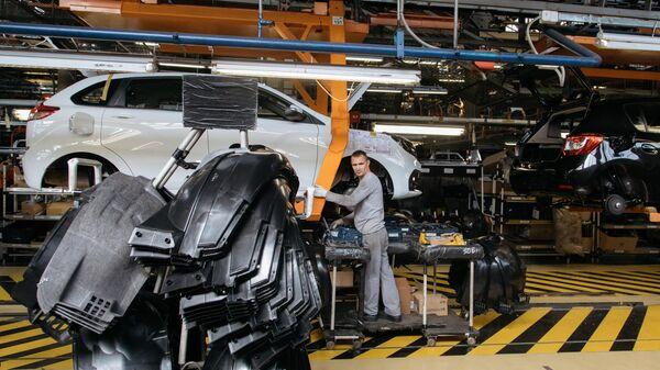 Сборка новых автомобилей на заводе АвтоВАЗ в Тольятти