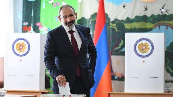 Исполняющий обязанности премьер-министра Никол Пашинян голосует на одном из избирательных участков во время досрочных парламентских выборов в Армении