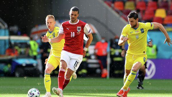Нападающий сборной Украины Роман Яремчук, полузащитник сборной Австрии Флориан Гриллич и хавбек сборной Украины Александр Зинченко (справа налево)