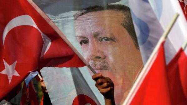 Сторонники президента Турции Реджепа Тайипа Эрдогана с флагами и транспарантами