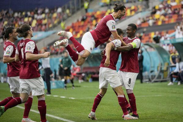 Футболисты сборной Австрии радуются голу