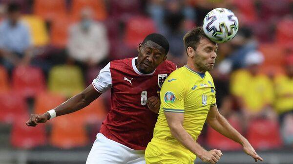 Защитник сборной Австрии Давид Алаба (слева) и защитник сборной Украины Александр Караваев