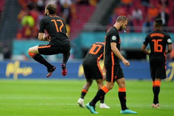 Защитник сборной Нидерландов Дейли Блинд (слева)