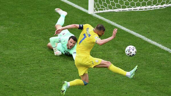 Нападающий сборной Украины Андрей Ярмоленко (справа) и вратарь сборной Австрии Даниэль Бахманн