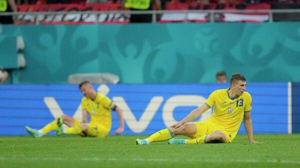 Защитник сборной Украины Илья Забарный (справа)