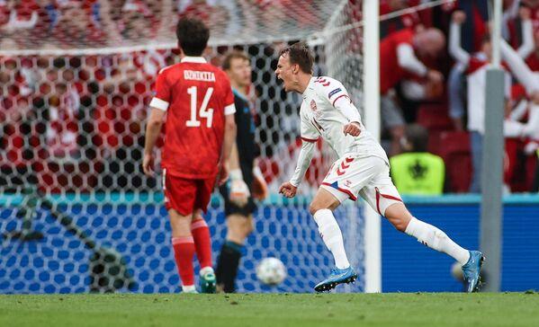 Нападающий сборной Дании Миккель Дамсгор (справа) радуется забитому мячу