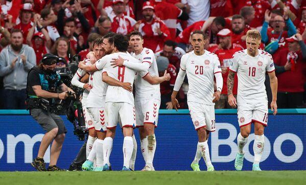 Футболисты сборной Дании радуются забитому мячу в ворота сборной России