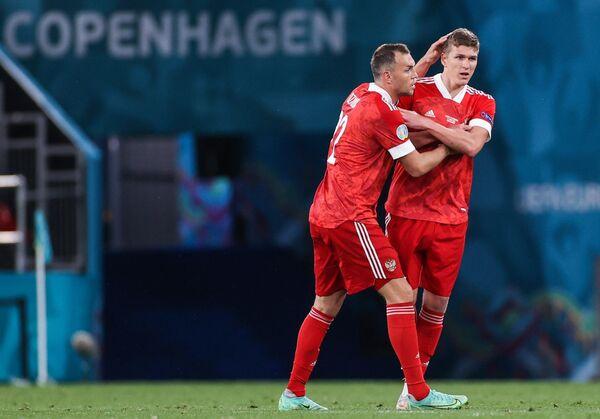 Футболисты сборной России Артем Дзюба (слева) и Александр Соболев