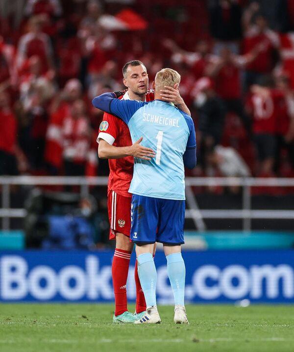 Нападающий сборной России Артем Дзюба (слева) и вратарь сборной Дании Каспер Шмейхель