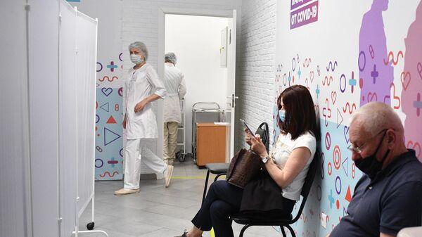 Люди в очереди на вакцинацию российским препаратом Спутник V (Гам-КОВИД-Вак) от COVID-19 в торговом центре Арена Плаза в Москве
