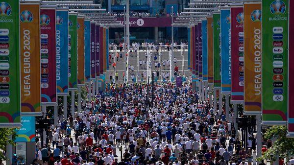 Зрители перед входом на стадион Уэмбли в Лондоне