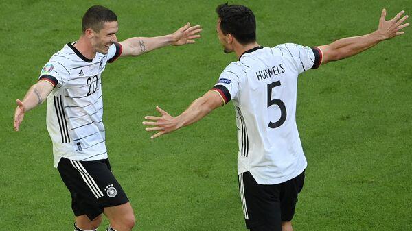 Футболисты сборной Германии Матс Хуммельс (справа) и Робин Госенс