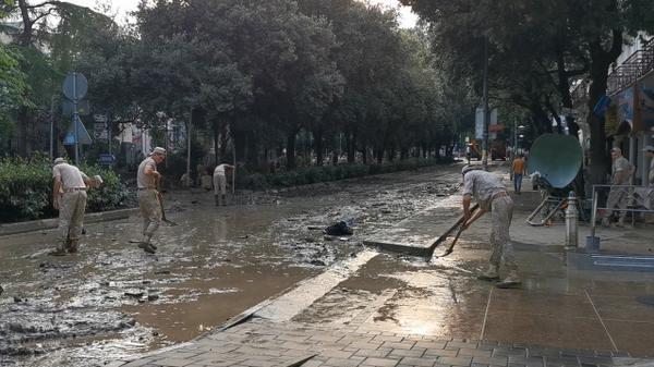 Военные ликвидируют последствия наводнения в Ялте