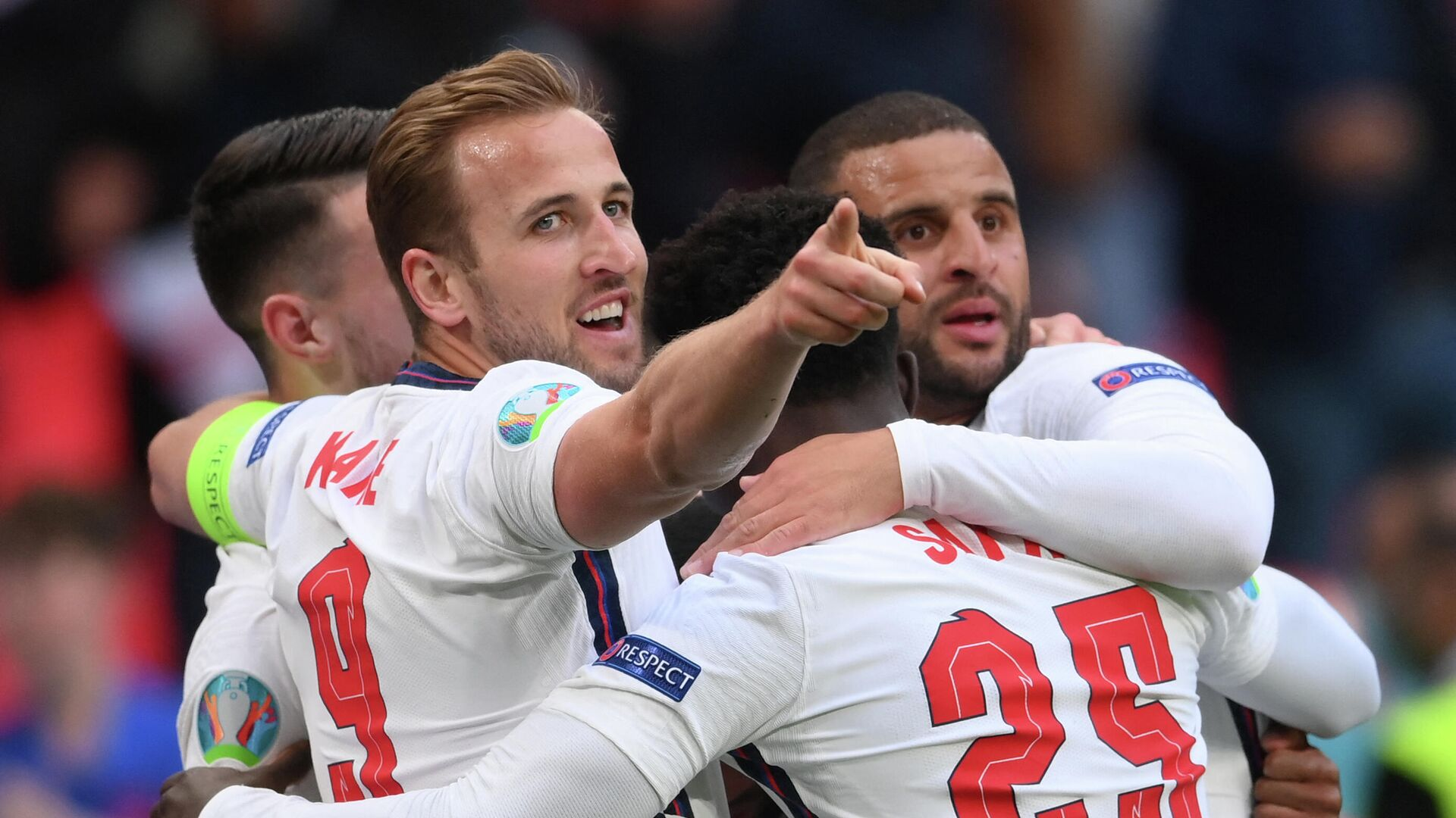 England's forward Raheem Sterling (hidden) celebrates scoring the opening goal with his teammates including England's forward Harry Kane, England's midfielder Bukayo Saka and England's defender Kyle Walker during the UEFA EURO 2020 Group D football match between Czech Republic and England at Wembley Stadium in London on June 22, 2021. (Photo by Laurence Griffiths / POOL / AFP) - РИА Новости, 1920, 22.06.2021