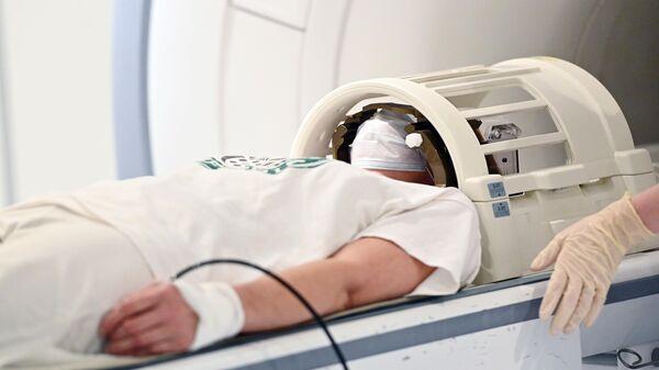 Пациент проходит обследование с помощью аппарата магнитно-резонансной томографии