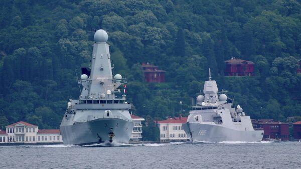 Британский эсминец Defender в проливе Босфор