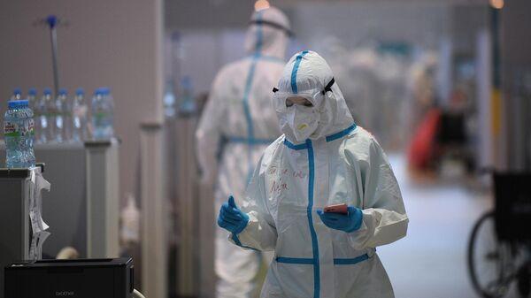 Медицинские работники во временном госпитале для пациентов с COVID-19 в Москве