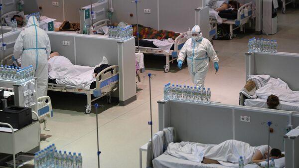 Медицинские работники и пациенты во временном госпитале для пациентов с COVID-19 Москве