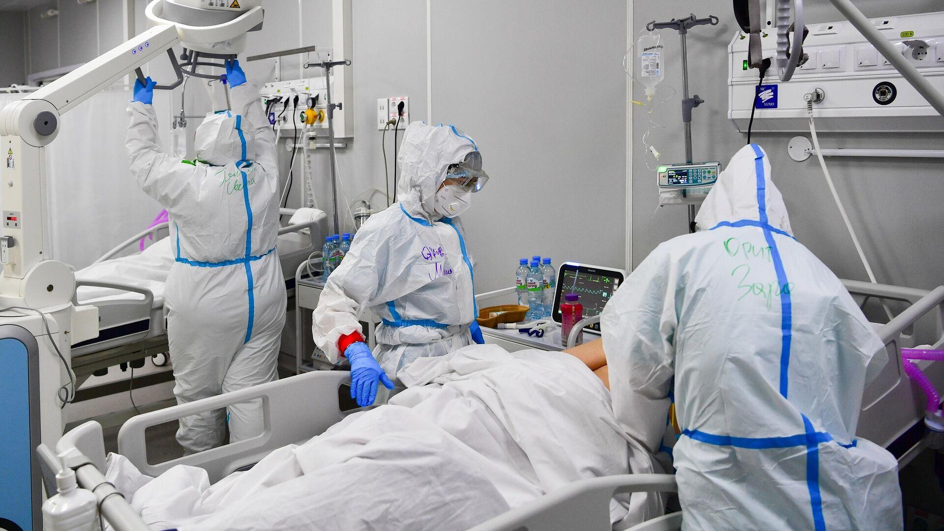 Медицинские работники и пациенты во временном госпитале для пациентов с COVID-19 в Москве - РИА Новости, 1920, 04.10.2021