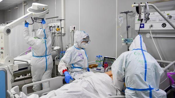 Медицинские работники и пациенты во временном госпитале для пациентов с COVID-19 в Москве