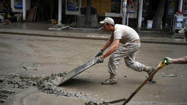 Волонтер во время Всекрымского субботника в Ялте, организованного с целью убрать курортный город после сильнейшего наводнения