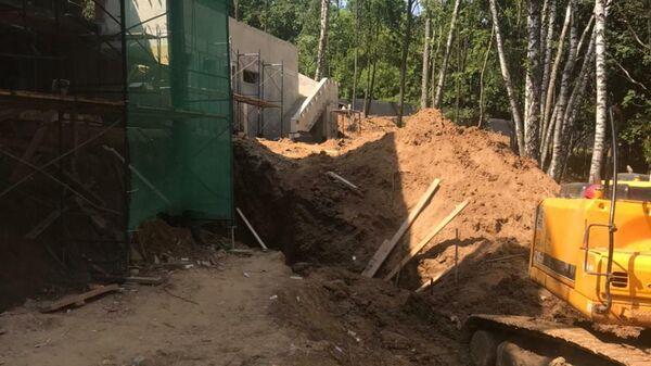 Гибель рабочего в результате обвала грунта при проведении строительных работ в парковой зоне, расположенной вблизи улицы Крылатская в городе Москве