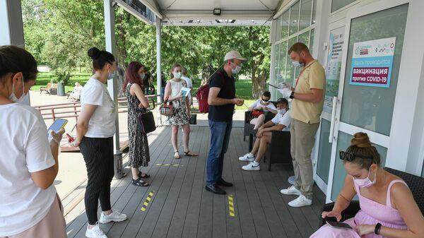 Очередь на вакцинацию от covid-19 у павильона Здоровая Москва в Парке Горького