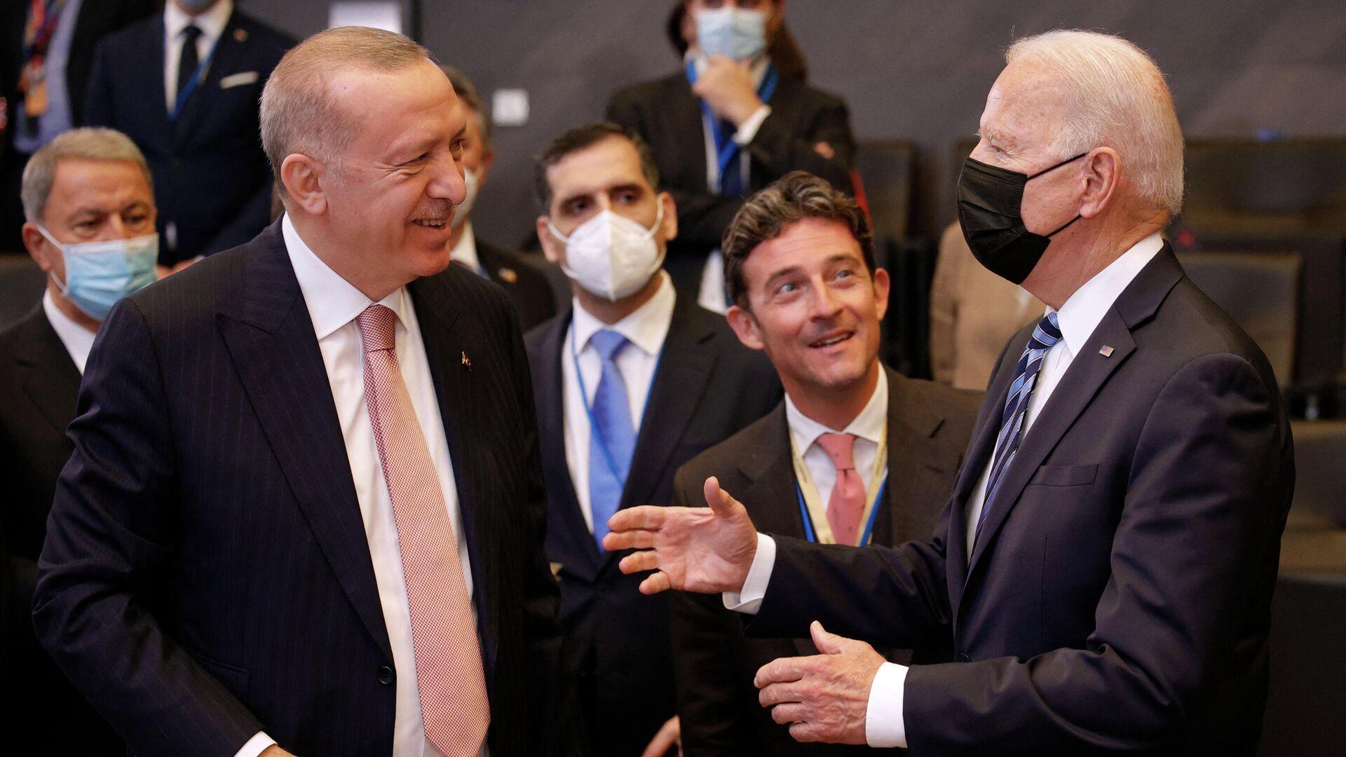 Президент США Джо Байден беседует с президентом Турции Реджепом Тайипом Эрдоганом перед пленарным заседанием саммита НАТО в штаб-квартире в Брюсселе  - РИА Новости, 1920, 24.09.2021
