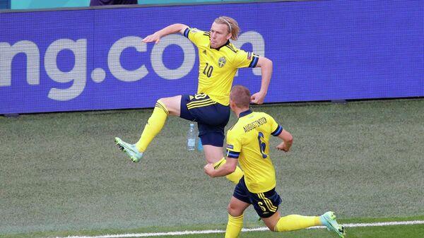 Футболисты сборной Швеции Эмиль Форсберг (слева) и Людвиг Аугустинссон
