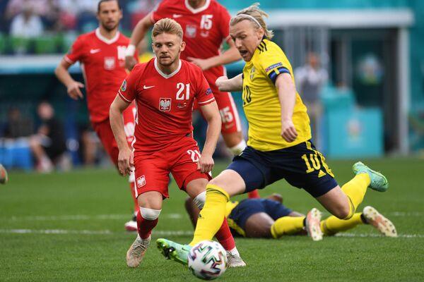 Полузащитник сборной Швеции Эмиль Форсберг (справа) и хавбек сборной Польши Камиль Южвяк