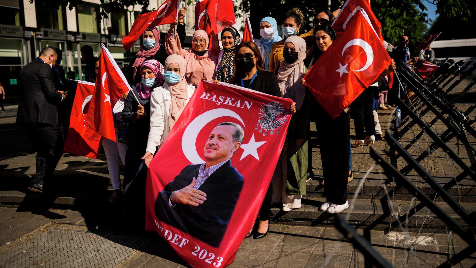 Сторонники президента Турции ожидают прибытия Реджепа Тайипа Эрдогана на саммит НАТО в Брюсселе - РИА Новости, 1920, 24.06.2021