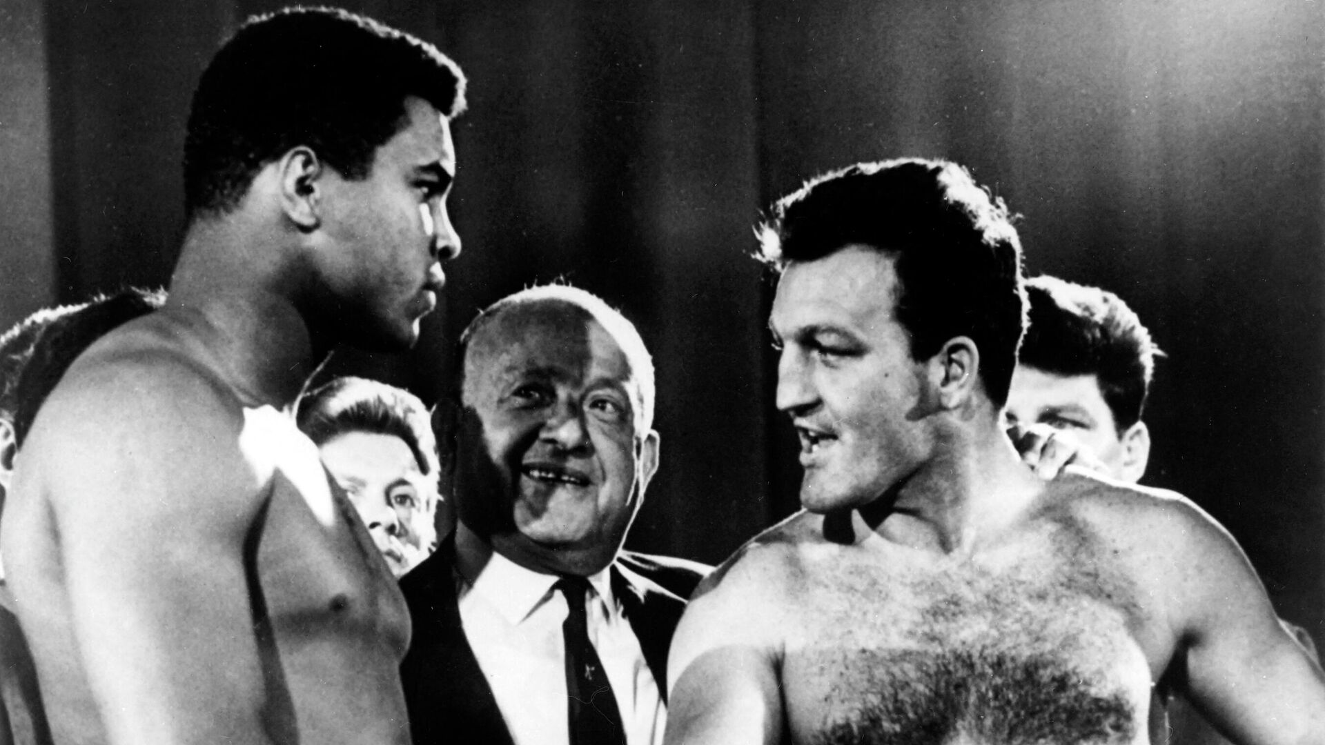 US Heavyweight boxer Muhammad Ali (L) and English Heavyweight boxer Brian London (R) shake hands before their fight at Earls Court Arena in London on August 6, 1966. -  (Photo by - / AFP) - РИА Новости, 1920, 23.06.2021