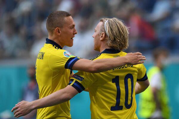 Футболисты сборной Швеции Эмиль Форсберг (справа) и Людвиг Аугстинссон