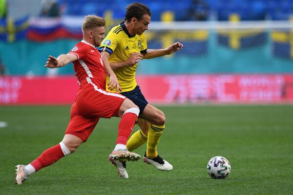 Полузащитник сборной Польши Камиль Южвяк (слева) и хавбек сборной Швеции Альбин Экдаль