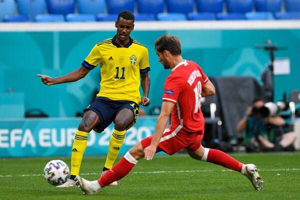 Нападающий сборной Швеции Александер Исак (слева) и защитник сборной Польши Бартош Берешиньски